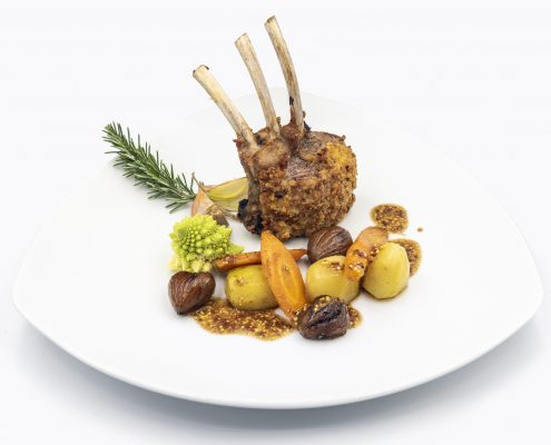Carré d'agneau en croute de moutarde et herbes achées, jus aux aromates
