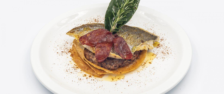 Filet de dorade cuit à la plancha, fondue de chipirons et chorizo