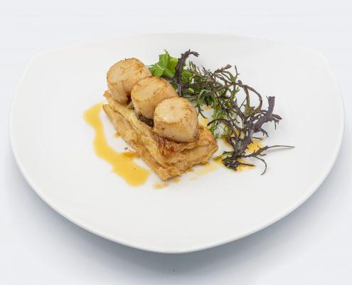Fine tarte feuilletée de saint Jacques, duxelles de cèpes, vinaigrettes aux herbes